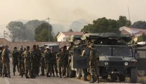 Tunisian soldiers gather near the border with Algeria around Mount Chaambi, western Tunisia, Aug. 2, 2013. Photo: REUTERS.