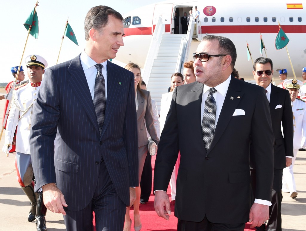 Morocco's King Mohammed welcomes Spain's new King Felipe VI to Rabat.  Photo: MAP