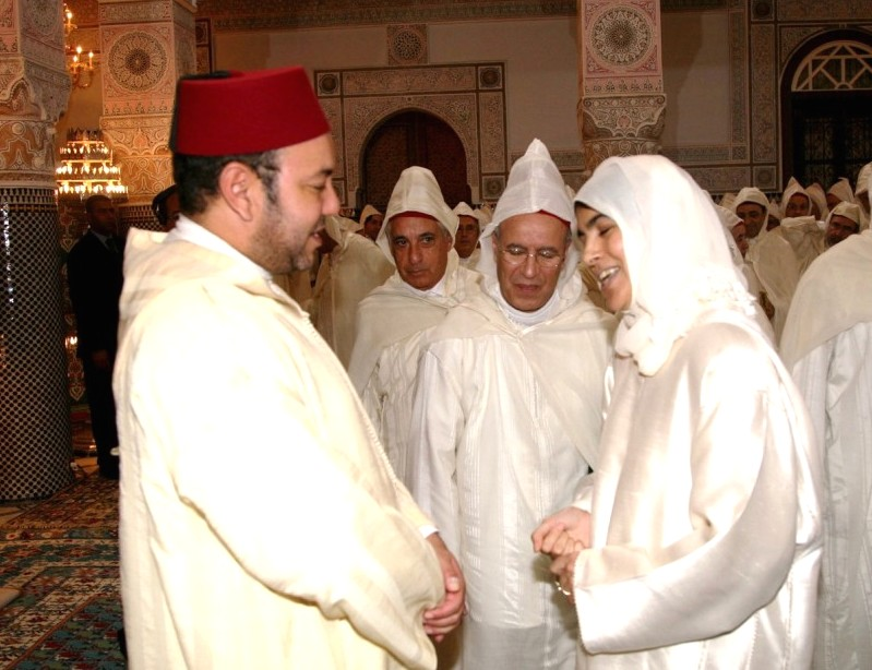 King Mohammed VI speaks with mourchidate.  Photo: MAP