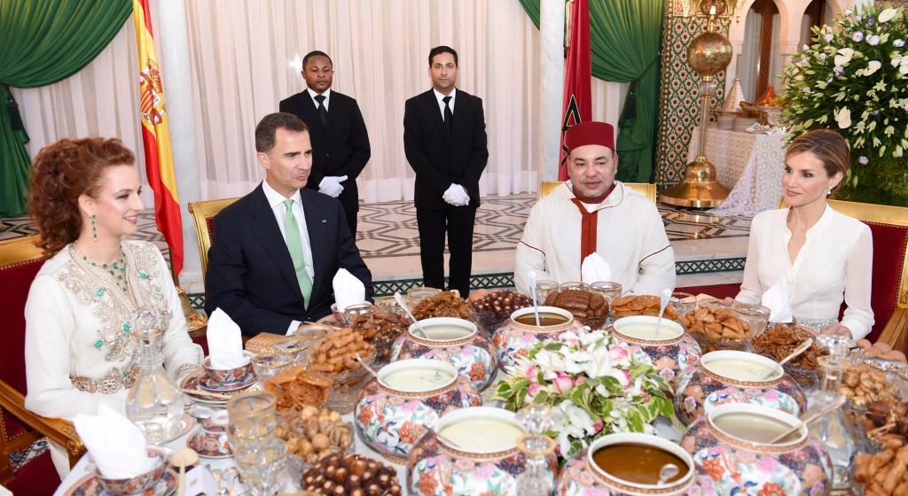 King Mohammed VI, accompanied by Prince Moulay Rachid and Their Royal Highnesses Princesses Lalla Salma, Lalla Meryem, Lalla Asmae and Lalla Hasnae, on Monday offered an official Iftar at the Rabat Royal Palace in honor of King Felipe VI and Queen Letezia of Spain. Photo: MAP